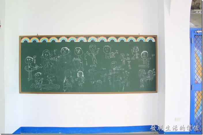 台東豐源國小-地中海造型學校。二樓的教學黑板。