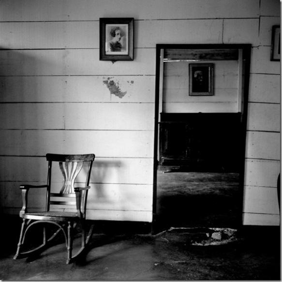 """Sud America / Colombia / Aracataca (la Macondo di """"Cento anni di solitudine"""" di Gabriel Garcia Márquez). Interno della """"Casa Museo"""". Questa era la casa dei nonni con cui Gabo visse i primi anni, Tranquilina Iguarán e Nicolás Marquez Mejáa, colonnello liberale della Guerra dei Mille Giorni e notabile del paese (raffigurato da Gabo nel personaggio del colonnello Aureliano Buendia). Il ritratto è quello della mamma di Gabo, Luisa Santiaga Márquez Iguarán."""
