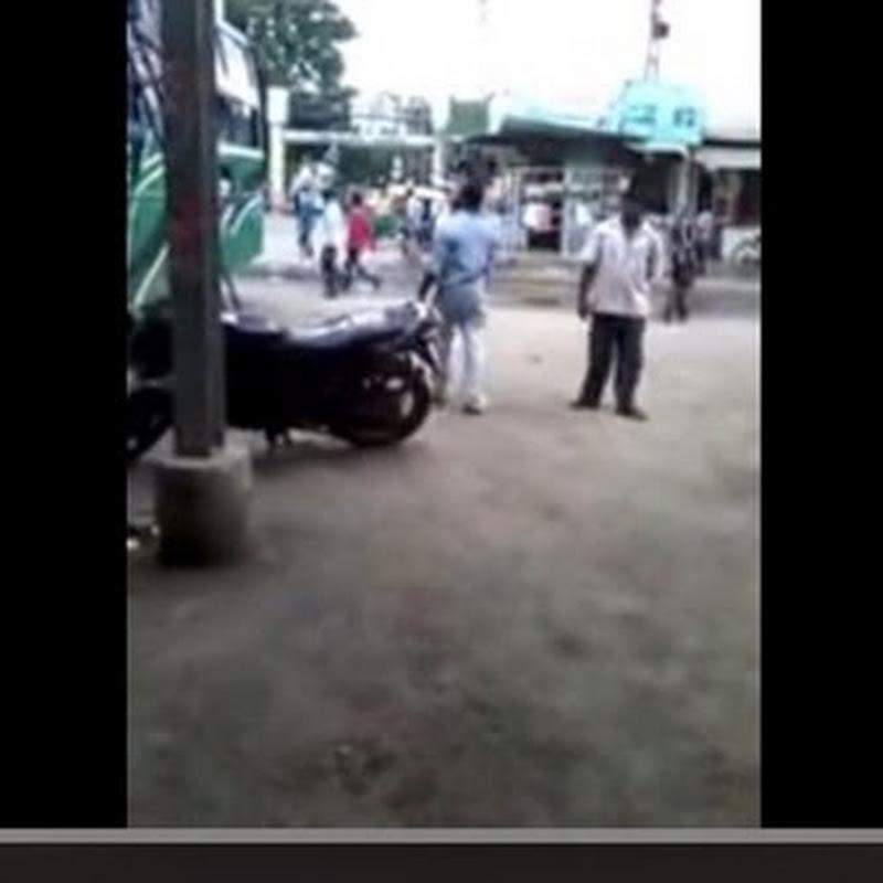 Ινδός σηκώνει μια ολόκληρη μοτοσυκλέτα