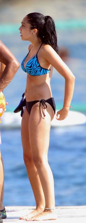 lourdes-leon-bikini-france-07