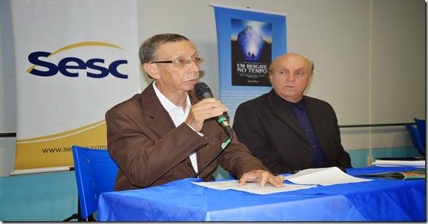 o autor falando e ao lado o apresentador e crítico literário Vital Corrêa de Araujo
