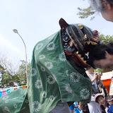 祭りで獅子に頭を噛まれると、よいことが起きるという。福井県・雄島祭にて。