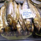 魚は薫製で売られていることが多い。