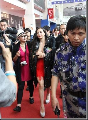 Gan-Lulu-large-scale-bare-at-2012-Beijing-Auto-Show-03_thumb