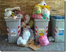 Carta e plastica non raccolti a Scampia