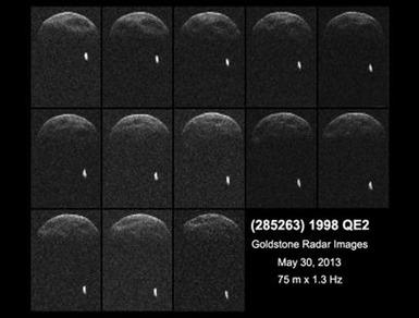 imagem de radar do asteroide 1998 QE2 e sua lua