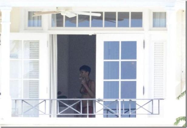 rihanna-nude-balcony-7