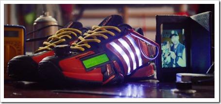 """Twitter hasta en las zapatillas. Adidas crea un prototipo de calzado para leer """"tweets""""."""