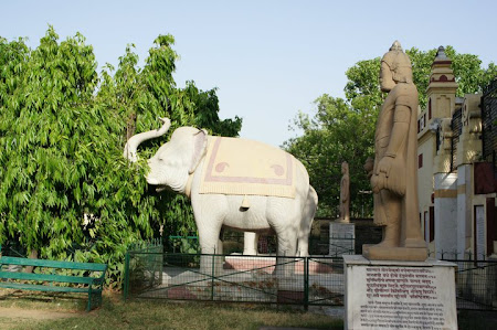 Elefant cu trompa in sus intr-un templu hindu