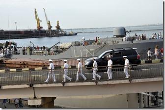 08-20 odessa 054 800X  marins rejoignant leur embarquement