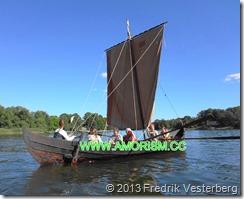 DSC08549.JPG Kvinnor i båt vikingautställning (1) bättrad. Med amorism