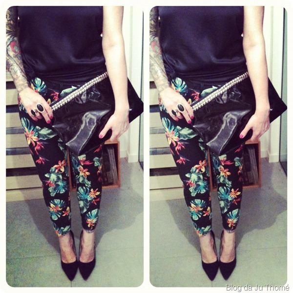 look calça floral com fundo preto e maxi clutch