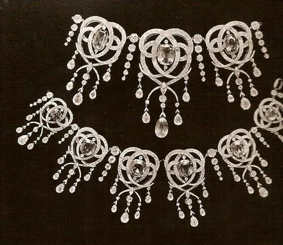 Collar y broche de brillantes y zafiros, usados por las zarinas de Rusia.