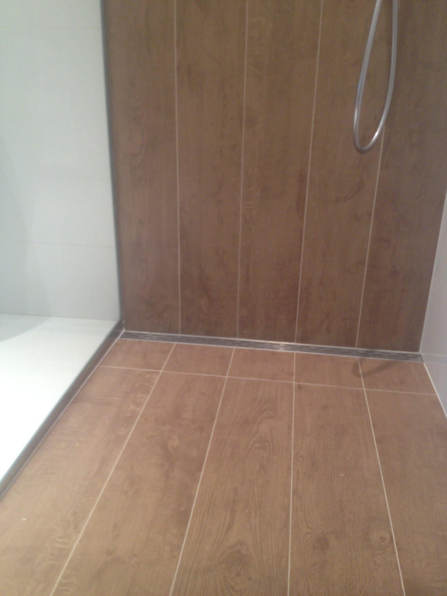 R alisation d 39 une salle de bain avec carrelage aspect bois vasque poser c ramique douche for Poser carrelage douche