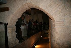 Restos musealizados de una torre y lienzo de la muralla islámica del siglo XI. Interior de la Galeria del Tossal. Valencia (España).