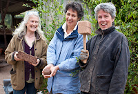 Wayfarers\' guide, Muff Dudgeon (center) with cob artists Jill Smallcombe (left) and Jackie Abey (right), Burrow Farm near Drewsteignton, Devon, England, U.K.
