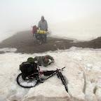 Ехать в тумане надо осторожно, фрагменты рыхлого снега учат акробатическим этюдам половину участников группы )).