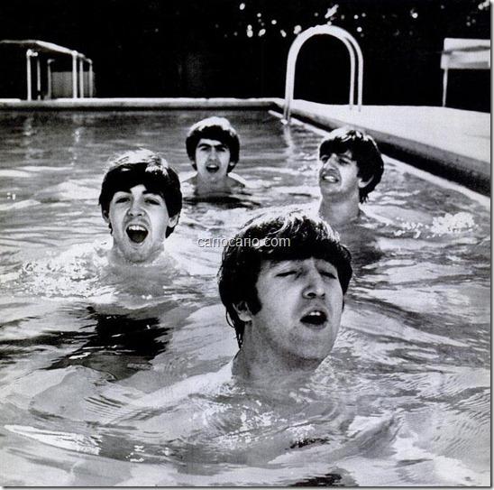 """O fotojornalista John Loengard fez a famosa fotografia dos Beatles numa piscina na Flórida, na primeira viagem da banda aos EUA, durante uma onda de frio. """"A água estava gelada, eu disse aos Beatles que a foto era para a capa da"""