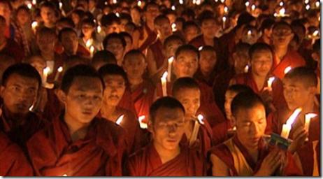 Monges tibetanos em vigília
