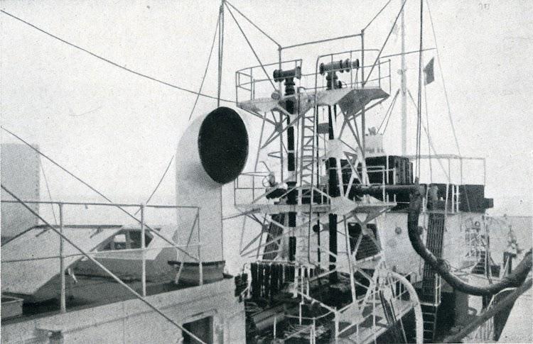 Castillete para el manejo de mangueras. Foto de la revista INGENIERIA NAVAL. Septiembre-octubre de 1934.jpg