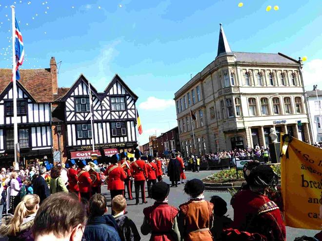 Запуск желтых шариков на дне рождения Шекспира в Стратфорде