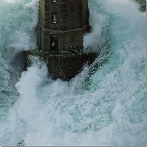 剛像這位看守法國 Mare 燈塔的守護員致敬,而且他也應該是一位勇敢且耐得住寂寞的人。