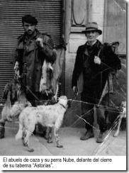 19 El abuelo de caza y su perra Nube delante del cierre de su taberna Astorias