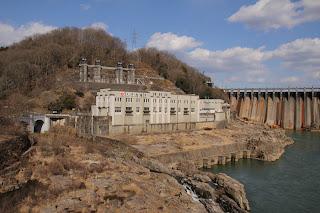 東雲橋より関西電力大井発電所と新大井発電所の建屋を望む