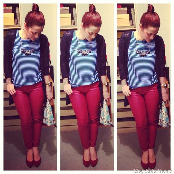 look calça burgundy, blusa listrada, sapato vermelho, clutch estampa de cobra e maxi colar renner (3)
