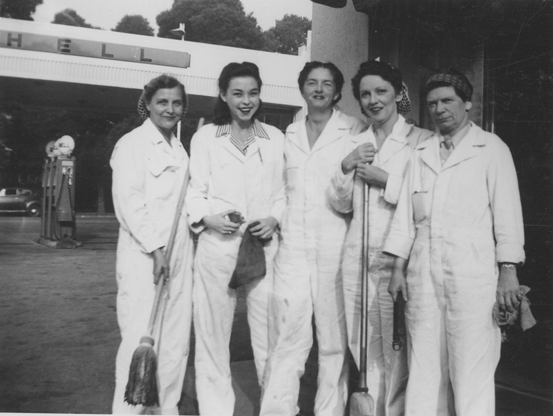 The all-female automotive team at a gas station in Hollywood. Dorothy Putnam is far right. 1943.