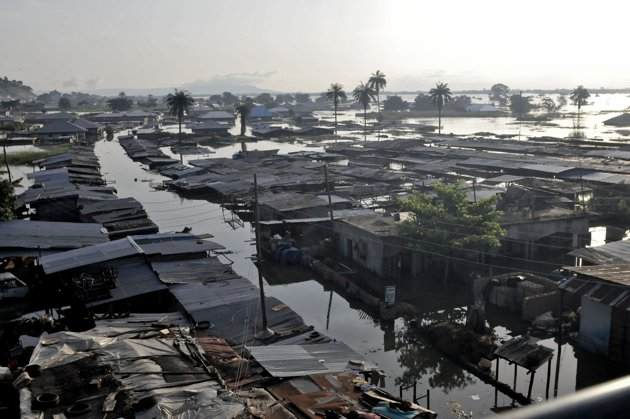 Houses are submerged in floodwaters in Idah Local Government Area, in Nigeria's central state of Kogi, 27 September 2012. Nigeria's worst flooding in decades has displaced more than 600,000 people in the centre of the country over the past week and stranded some villagers on rooftops. Afolabi Sotunde / REUTERS