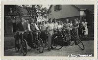 Vermoedelijk een foto van het zangkoor.  Tweede van rechts is mevr. H. Katerberg-Gols.  Ze staan voor de Openbare Lagere School in Beerzerveld.