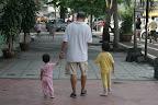 我老豆吃饱了带了两位孙女到附近跑跑。。。