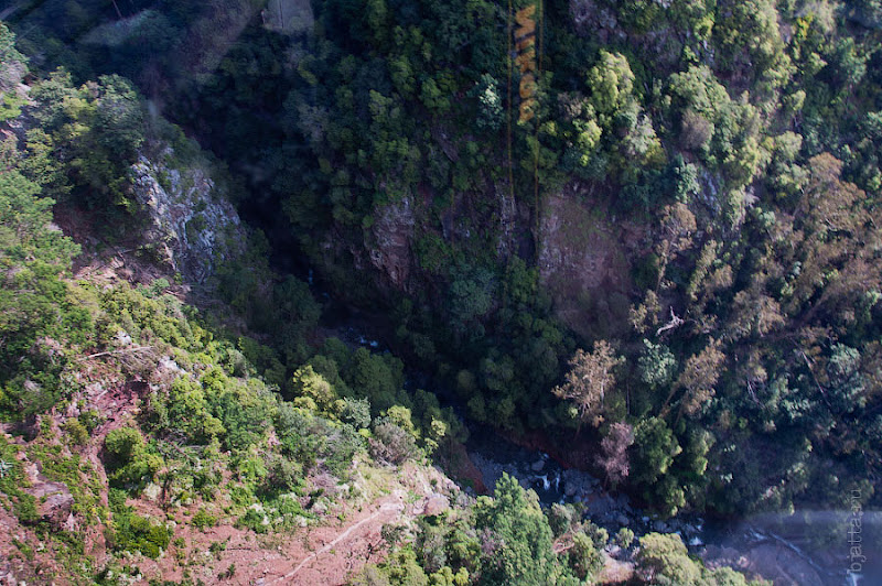 18. А ведь под ногами настоящий каньон, с ручейком на далёком дне. Канатная дорога. Фуншал. Мадейра. Португалия. Круиз на Costa ConCordia.
