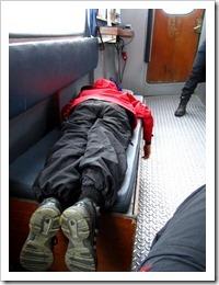 En trött Vincent vilar lite på båten.