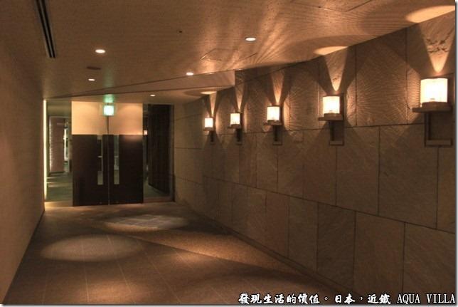 日本伊勢志摩市的近鐵水上別墅飯店(Hotel Kintetsu Aquavilla Ise-Shima),巧妙的運用光影的效果應造出一種溫馨的氣氛。