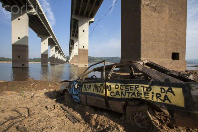 A message in graffiti which reads 'Welcome to the Cantareira desert' is written on a car which was once submerged in water, at the Atibainha dam, part of the Cantareira System, which shows lowest levels of water, in Nazare Paulista city, 90km away from Sao Paulo, Brazil, 15 January 2015. The drought in the region is the worst in 80 years, according to reports, with the region only receiving a third of the usual rainfall during the wet season from December to February. Photo: Sebastiao Moreira / EPA