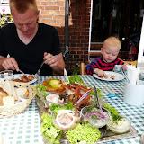 Kæmpe sildefrokostbord i Odense en sommerdag.