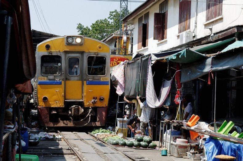 maeklong-railway-market-13