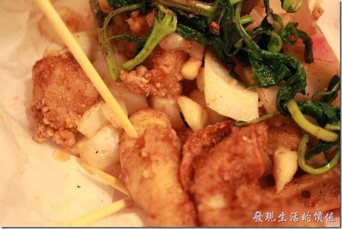 花蓮-德安橋頭林家烤魷魚。配料上除了傳統的九層塔之外,還外加了切成丁狀的原味蒜頭及辛辣洋蔥,讓鹹酥雞吃起來的風味更佳。