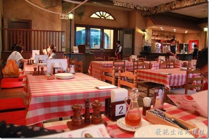 日本北九州-豪斯登堡。【Pizza & Pasta PINOCCIO】(皮諾丘披薩義大利麵館)餐廳的裝潢其實蠻義大利風格的,不過有些店會鋪上一張很大的白報紙。