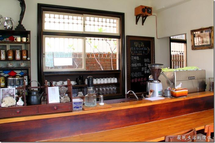 台南-鹿角枝老房子咖啡。櫃台前的擺設也大量使用舊家具來裝飾與再利用。