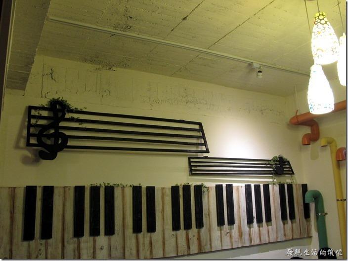 D.D.HOUSE餐廳後半部空間,牆壁上還有鍵盤及音符。