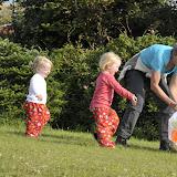 Bedsteforældrene og kusinerne leger med drage