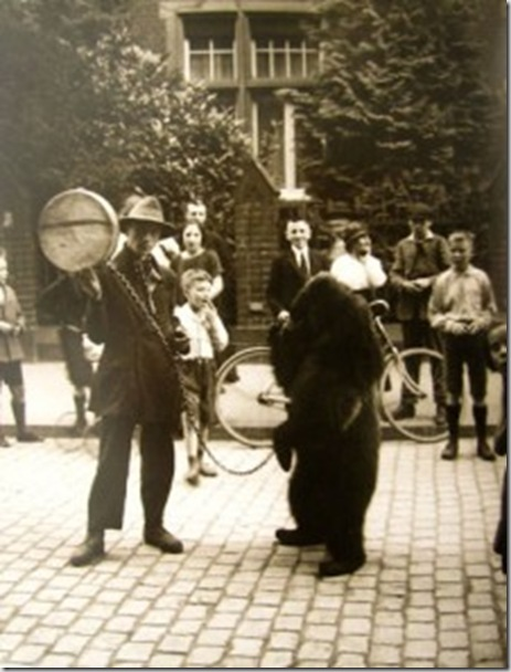 august-sander-uomo-che-fa-ballare-un-orso
