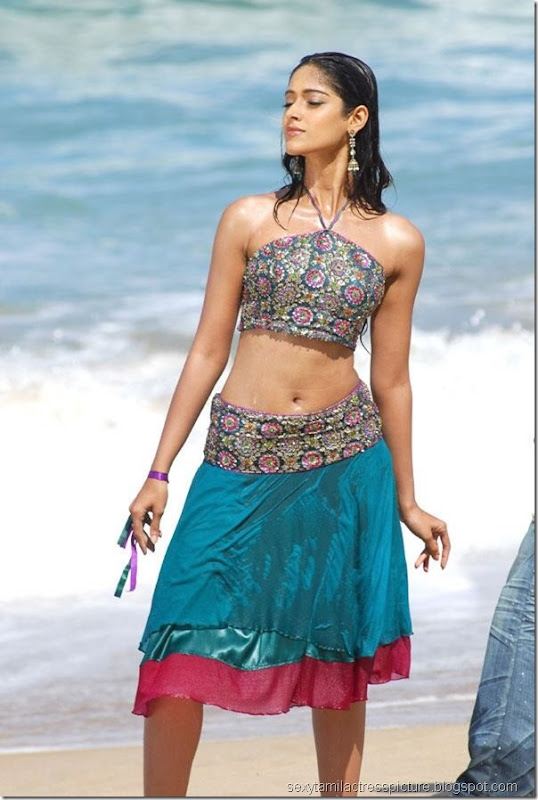 hot-ileana-navel-still-in-mini-skirt