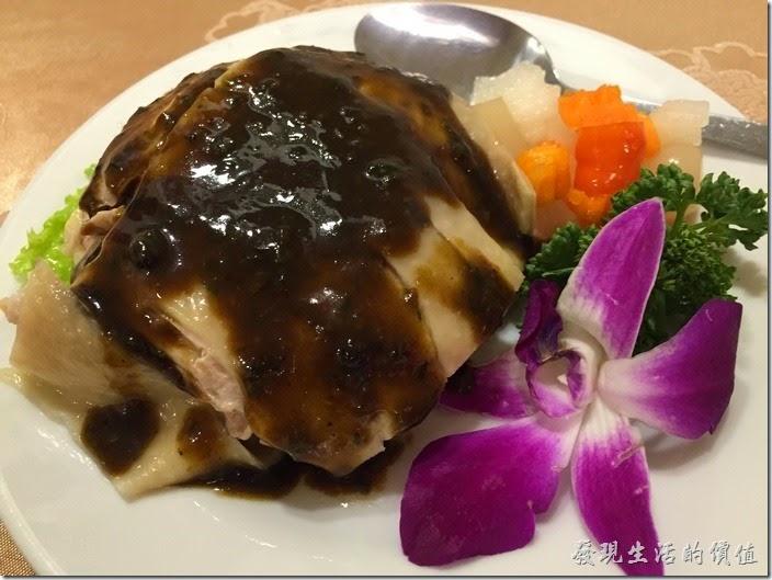 台北南港-北大莊川味館(椒麻雞)。椒麻雞,NT$188。這雞一端上來的時候大家都發出質疑的聲音,這是「椒麻雞」嗎?後來店家解釋一般我們吃到外皮酥酥的是「泰式椒麻雞」,他們這裡的椒麻雞就長這樣,是一道冷盤,淋上椒麻醬就可以上桌了。