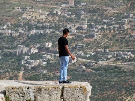 Sus, pe ziduri la Ajloun
