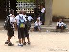 Quelques élèves du collège Boboto attendent leurs parents le 5/9/2011 à Kinshasa, lors de la rentrée scolaire 2011-2012. Radio Okapi/ Ph. John Bompengo