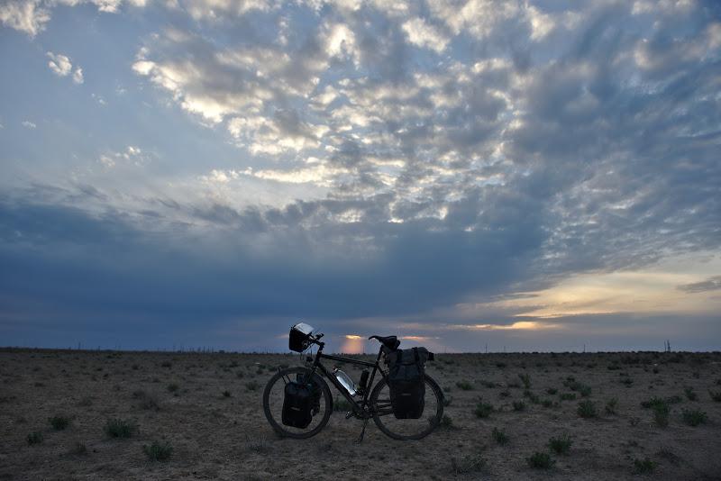 Apusul zilei in desert.